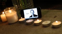 288220-steve-jobs-death-apple-store-new-york